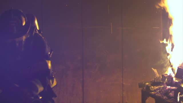 stockvideo's en b-roll-footage met hd: firefighters break into a blazing room - fire hose