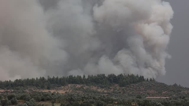 vídeos de stock, filmes e b-roll de firefighters continue works to extinguish the fire in the evia island, greece,on august 6, 2021. -at least 150 houses have been destroyed by a raging... - grécia