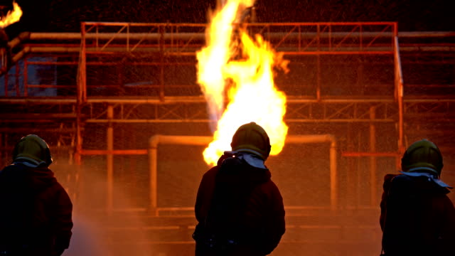 vidéos et rushes de les pompiers luttent contre un incendie de gazoduc - santé et sécurité au travail