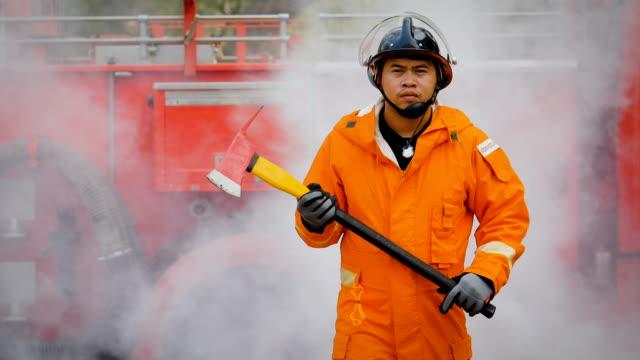 Feuerwehrleute kämpfen eine Feuer-Operation, Feuerwehrmann mit Axt, Feuerwehrauto auf Hintergründe
