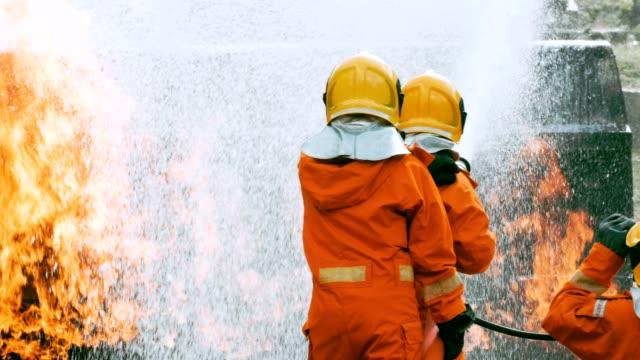 feuerwehr ein löschangriff - fire hose stock-videos und b-roll-filmmaterial