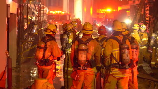 vídeos y material grabado en eventos de stock de firefighters firemen fighting to put out a house fire at night in a neighborhood. - incendios provocados