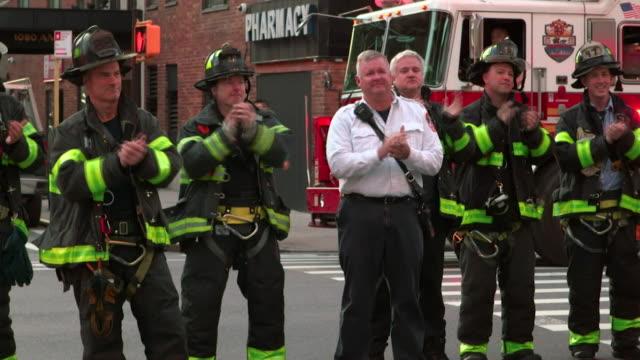 vídeos y material grabado en eventos de stock de firefighters, heroes from 9-11 terror attacks, applaud hospital staff in new york city, heroes of the coronavirus pandemic - trabajador de primera línea