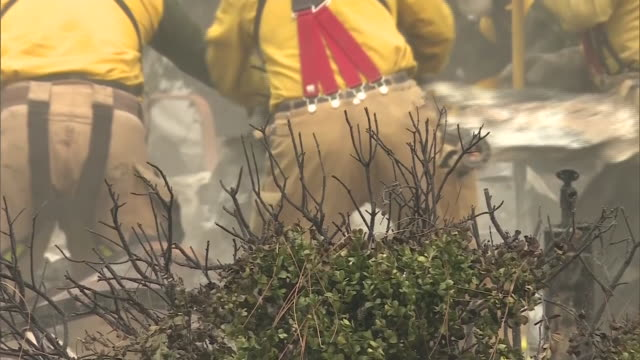 ktla firefighters looking through rubble after woolsey fire destroys home - woolsey feuer stock-videos und b-roll-filmmaterial