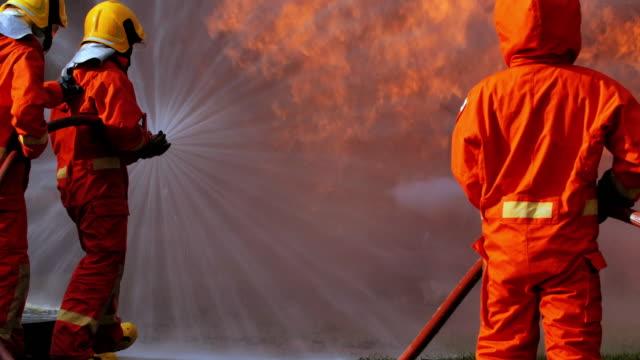 stockvideo's en b-roll-footage met brandweerlieden sproeien van hoge druk water te vuren, blauwe kraag werknemers - 1991