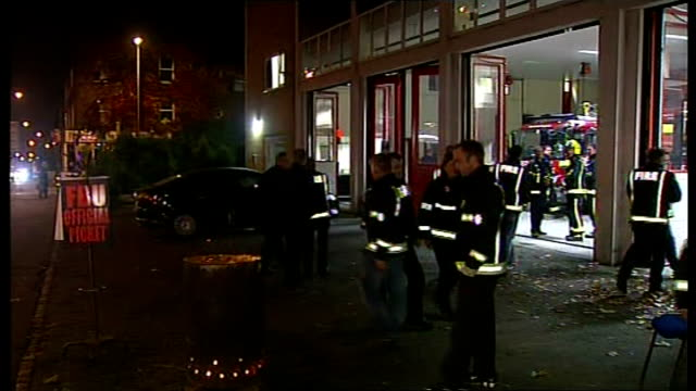 stockvideo's en b-roll-footage met firefighters strike over new contracts england london wandsworth ext / night striking firefighters picket line around burning brazier - wandsworth