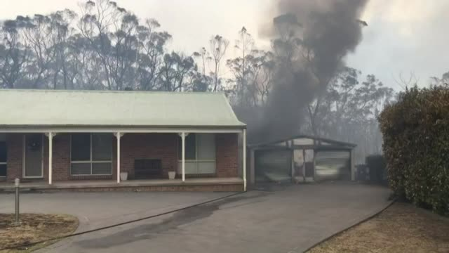 vídeos de stock e filmes b-roll de firefighters try to put out a fire at a house in balmoral bout 100 km southwest of sydney - southwest usa