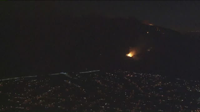 ktla firefighters were battling a wildfire in the hills along the 91 freeway on the far eastern edge of anaheim on monday and there's concern that... - corona zentralkalifornien stock-videos und b-roll-filmmaterial