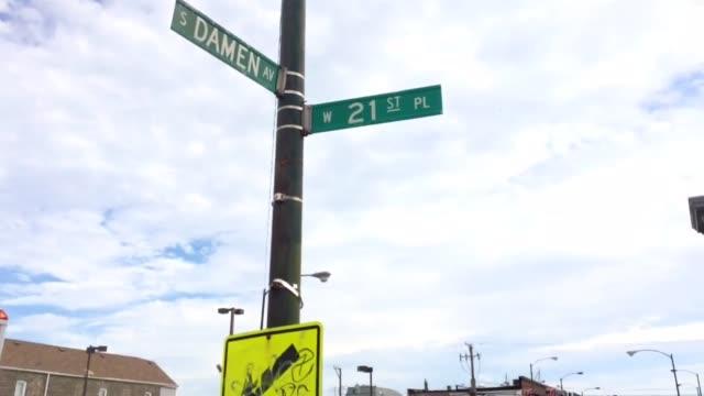 vídeos y material grabado en eventos de stock de firefighters were battling an extraalarm fire in chicago's pilsen neighborhood wednesday the blaze broke out in the 2000 block of west 21st place... - símbolo médico