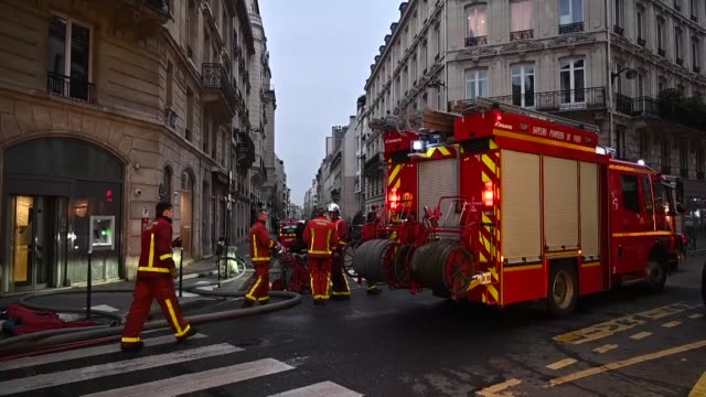 vidéos et rushes de firefighters work on the erlanger street after a fire in a building on the 16th arrondissement in paris, france on february 05, 2019. eight people... - pompier