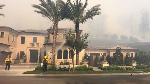 firefighters work to contain the silverado fire in orange county on october 26 in irvine, california. the fire has prompted mandatory evacuations of... - irvine verwaltungsbezirk orange county stock-videos und b-roll-filmmaterial