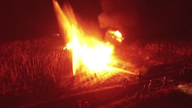vídeos y material grabado en eventos de stock de firefighters work to quell a fire that burst during an attempt to steal fuel from a pemex pipeline in the ixtlahuaca community in the state of mexico... - pemex
