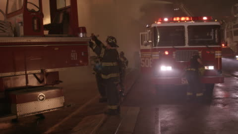 stockvideo's en b-roll-footage met ms, tu, td, firefighting crew extinguishing blaze with hoses, brooklyn, new york city, new york, usa - reddingswerker