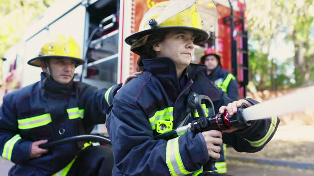 brandslangsteam som kontrollerar rak ström av vatten - släcka bildbanksvideor och videomaterial från bakom kulisserna
