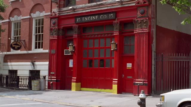 vídeos y material grabado en eventos de stock de ms, firehouse entrance, new york city, new york, usa - parque de bomberos