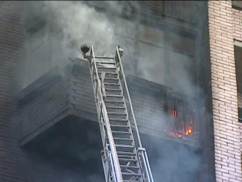 i vigili del fuoco dietro lavoro. - incendio video stock e b–roll