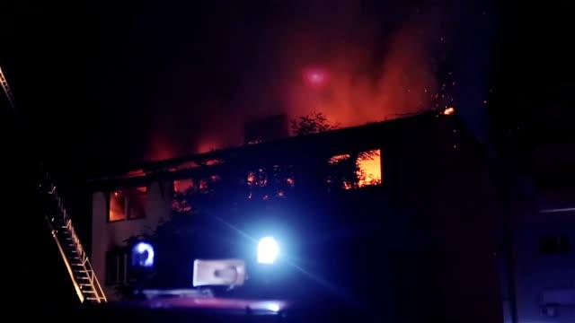feuerwehrleute kämpfen ein feuer in einem großen wohnhaus - blaulicht stock-videos und b-roll-filmmaterial