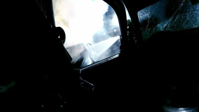 pov消防士夜別の車で車の火を消す - 交通事故点の映像素材/bロール