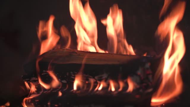 vidéos et rushes de brûlure de cheminée avec le vrai bois - foyer de cheminée