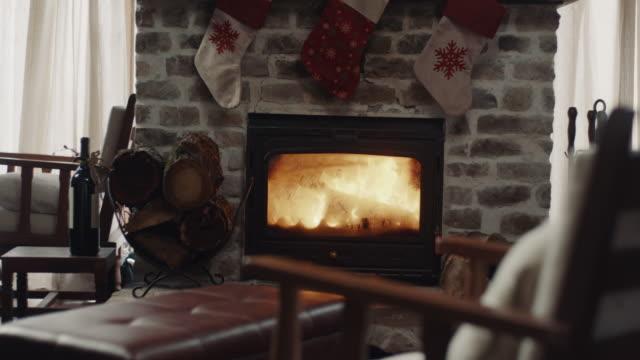 vídeos de stock e filmes b-roll de fireplace - cabana de madeira