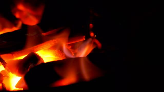 vídeos y material grabado en eventos de stock de chimenea - madera material