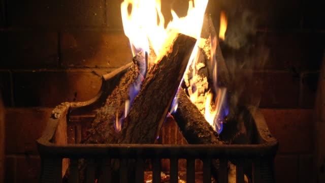 vídeos de stock e filmes b-roll de fireplace with burning logs - lareira