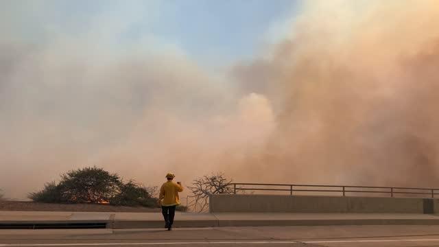 fires rage during the silverado fire in irvine, ca, on monday, october 26, 2020. - irvine verwaltungsbezirk orange county stock-videos und b-roll-filmmaterial