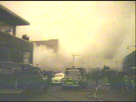 firetrucks at commercial fire - feuerwehr hinweisschild stock-videos und b-roll-filmmaterial