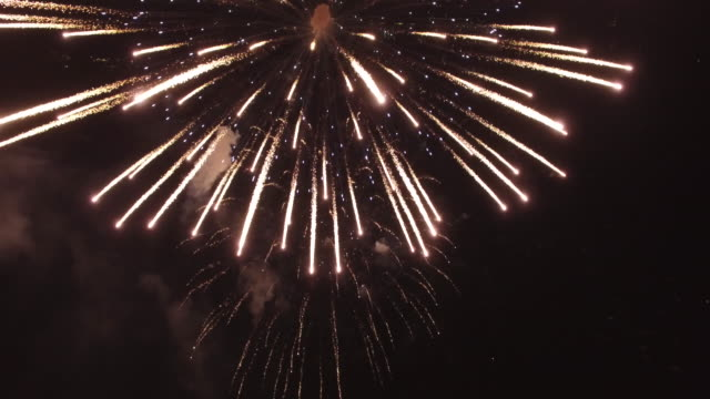epic firework blasing by camea, aerial, 4k, 52s, 13of20, fireworks, 4th of july, new year, explosion, celebration, holiday, night, lake, firework show, reveal, stock video sale - drone discoveries drone aerial view - fyrverkerier bildbanksvideor och videomaterial från bakom kulisserna