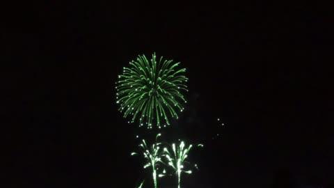 vídeos y material grabado en eventos de stock de color de fuegos artificiales por la noche. - fuegos artificiales