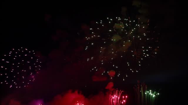 stockvideo's en b-roll-footage met ms, firework display against black sky - 1 minuut of langer