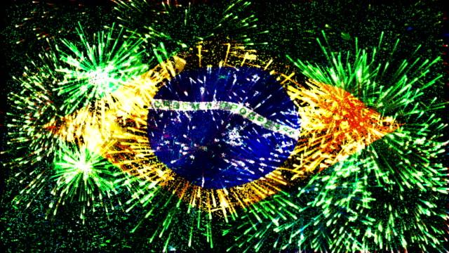 vídeos de stock, filmes e b-roll de exibição de fogos de artifício, bandeira do brasil - bandeira