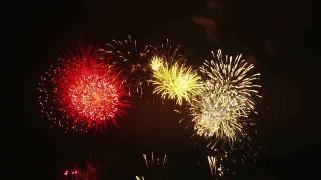 vídeos y material grabado en eventos de stock de firework display in tokyo - fuego artificial