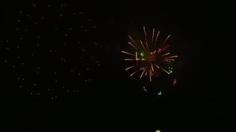 vídeos y material grabado en eventos de stock de firework display in tokyo - fuegos artificiales