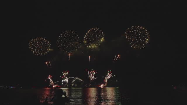 feuerwerk-display über pattaya strand. - firework display stock-videos und b-roll-filmmaterial