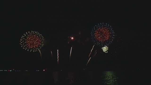 パタヤビーチの花火。 - firework display点の映像素材/bロール