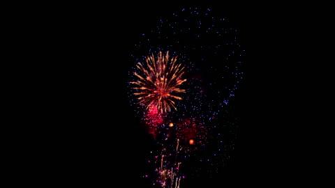 vídeos y material grabado en eventos de stock de fuegos artificiales en el cielo nocturno - fuegos artificiales