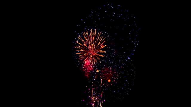 vídeos y material grabado en eventos de stock de fuegos artificiales en el cielo nocturno - fuego artificial