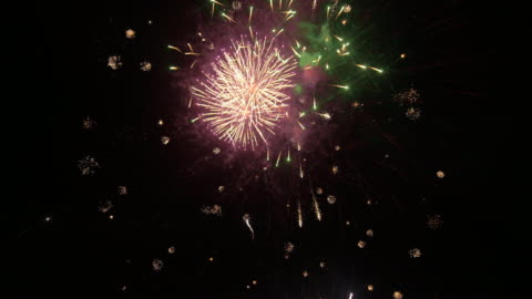 vídeos y material grabado en eventos de stock de fuegos artificiales - fuegos artificiales