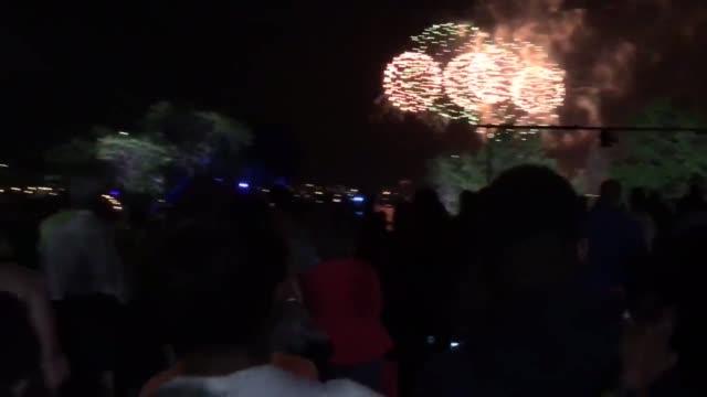 fireworks and spectators at boston fireworks on charles river - チャールズ川点の映像素材/bロール