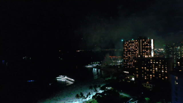 stockvideo's en b-roll-footage met fireworks at the coast - oahu