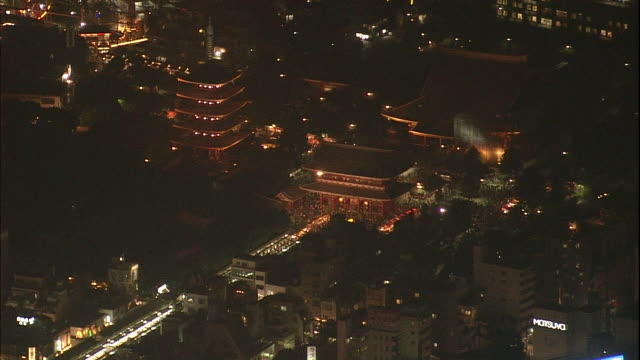 fireworks burst over tokyo during a festival. - 寺院点の映像素材/bロール
