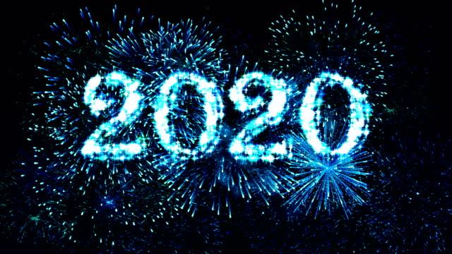 vídeos de stock, filmes e b-roll de fogos de artifício exibir contagem regressiva 2020 azul 4k. - contagem regressiva