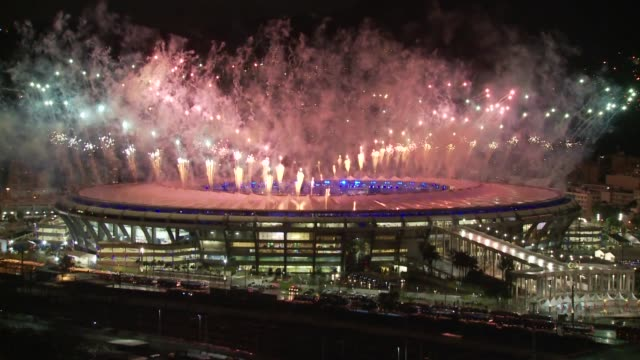 stockvideo's en b-roll-footage met fireworks display marks the end of the rio de janeiro 2016 olympic games at maracana stadium viewed form mangueira favela on august 21 2016 in rio de... - ceremonie
