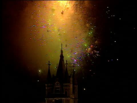 vídeos de stock e filmes b-roll de fireworks explode in night sky over tower bridge millennium eve celebrations; 31 dec 99 - ano 2000
