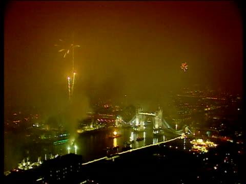 vídeos de stock e filmes b-roll de fireworks explode over river thames and tower bridge millennium eve celebrations; 31 dec 99 - ano 2000