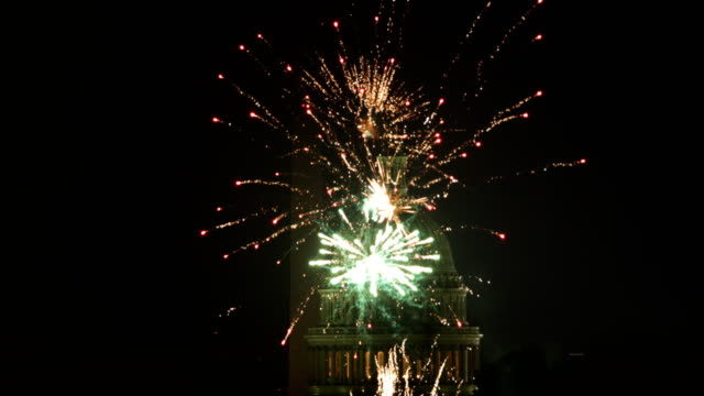 fireworks explode overhead at the us capitol and the washington monument on independence day july 4 2018 in washington dc americans celebrated the... - washingtonmonumentet dc bildbanksvideor och videomaterial från bakom kulisserna