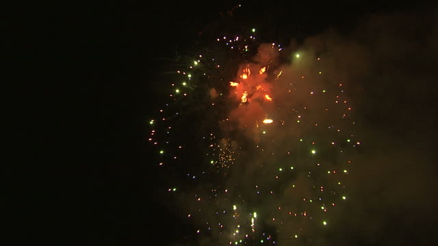 stockvideo's en b-roll-footage met ws fireworks exploding in night sky / provo, utah, usa - provo