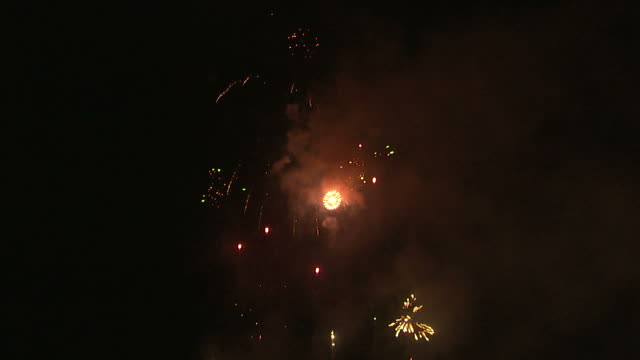 ws fireworks exploding in night sky / provo, utah, usa - provo stock videos & royalty-free footage