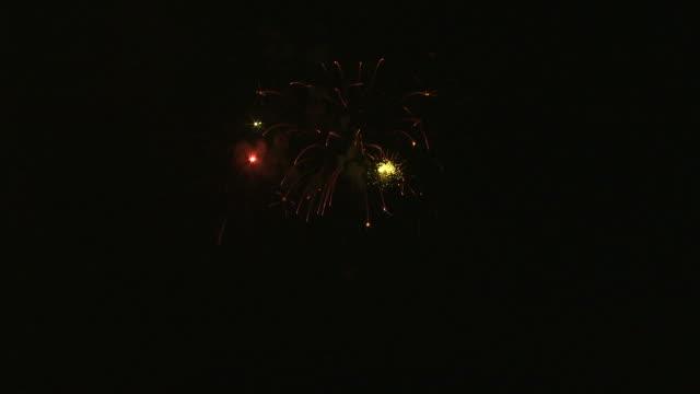 ws fireworks exploding in night sky / provo, utah, usa - provo stock videos & royalty-free footage